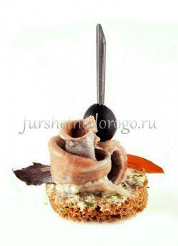 Селедочка и маслина на бородинской хлебе