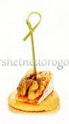 Камамбер с орехом на крекере