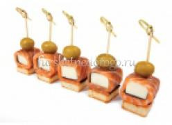 Мини рулеты из семги на тосте с сыром фета
