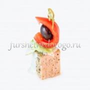 Канапе из свинины, помидора и оливки с сырным соусом