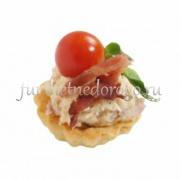 Мини-тарталетка с мясным салатом и сыром
