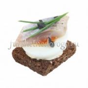 Канапе с филе сельди с перепелиным яйцом